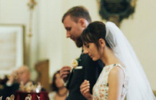 """""""Trebalo je JA da budem tu!"""": Upala na venčanje, OŠAMARILA mladu, a za mladoženju je imala UŽASNU poruku"""