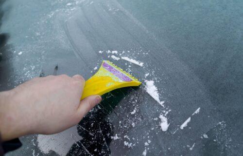 Odledite prozore za 10 sekundi! Ovaj genijalan trik OLAKŠAĆE život vozačima (VIDEO)