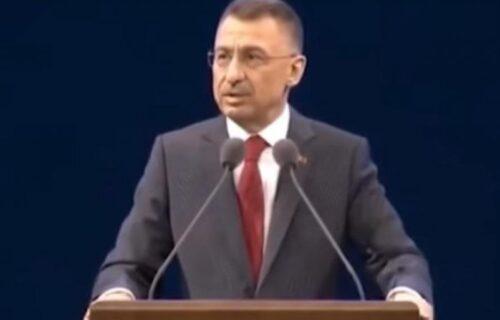 Političaru POZLILO tokom obraćanja UŽIVO! Samo gledao u kameru, pomoć stigla u poslednjem momentu (VIDEO)