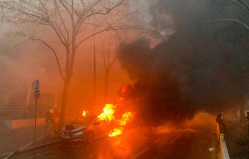 Haos na ulicama PARIZA! Francuska gori, demonstranti razbijaju izloge, policija bacila suzavac (VIDEO)