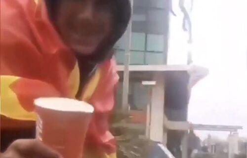 Jad i beda Milovih pristalica: Komita PROSI nasred ulice, vozači ga ISMEVAJU (VIDEO)