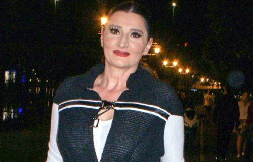 Sećate li se kako je Mira Škorić IZGLEDALA pre gotovo tri decenije? Osmeh na licu, a u ruci OVO (FOTO)