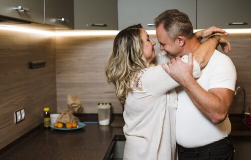 Svakog jutra radi jednu stvar za svog muža, a nakon 40 godina je odlučila da ispriča i ŠTA JE U PITANJU
