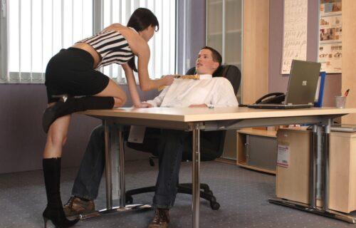 Gledao sam je dok je na stolu u kancelariji vodila ljubav sa šefom, a onda mi je ona dala šokantan IZBOR