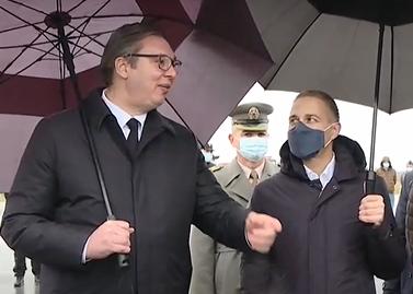 Stigla nam je VIŠEMILIONSKA DONACIJA medicinske pomoći: Vučić u Batajnici dočekao avion (VIDEO)