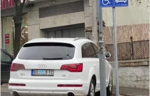 BIZARNA SCENA na beogradskim ulicama: Zbog jednog detalja su svi gledali u ovaj automobil (FOTO)
