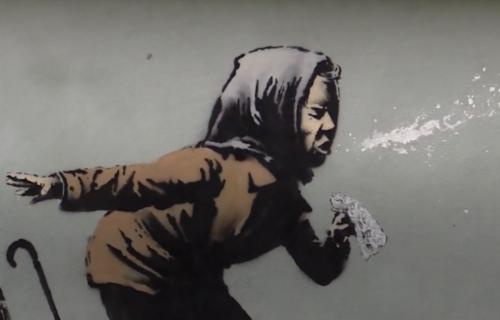 Osvanuo je novi Benksijev mural: Starica sa protezom za zube je privukla pažnju celog sveta