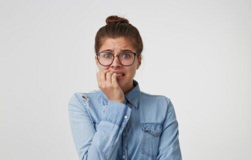 Psihološke strane ove navike: 5 stvari koje GRICKANJE NOKTIJU otkriva o vama