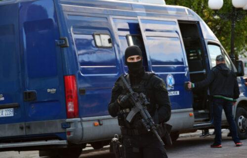 Srpski turista usred MAFIJAŠKOG OBRAČUNA u Grčkoj: Pucnjava u kafiću, troje povređenih (FOTO)