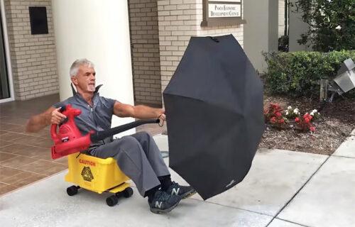 Usisivač i kišobran, toliko je lako! Domar s Floride oduševio svet (VIDEO)