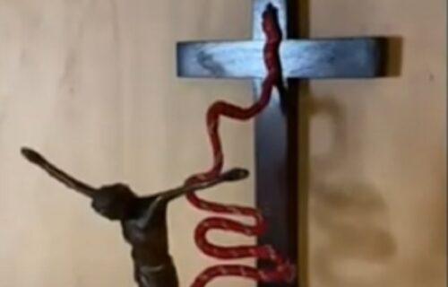 Gde će ti duša? Skinuo Isusa sa krsta i poslao ga na BANDŽI DŽAMP (VIDEO)