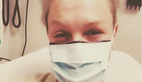 Pevačicu poterao maler: Posle korone i infekcije sada je u BOLNICI zbog OVOGA! Još jedan peh (FOTO)
