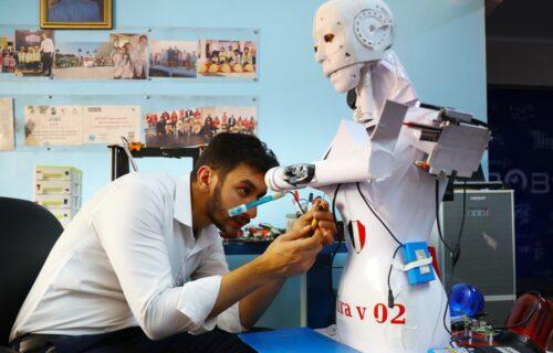 Robot uzima briseve i SMIRUJE pacijente: Lekari u Egiptu dobili pojačanje (VIDEO)