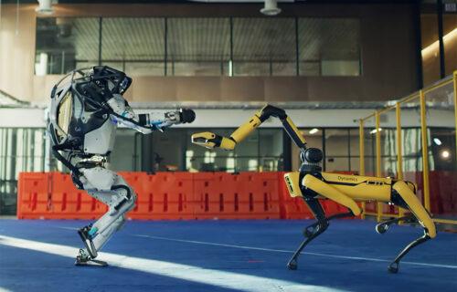 "Travolta, spavaš li mirno: Roboti ""pokidali"" na plesnom podijumu (VIDEO)"