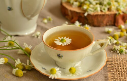 Jedan od najstarijih narodnih lekova: 5 razloga da SVAKO veče pijete čaj od kamilice
