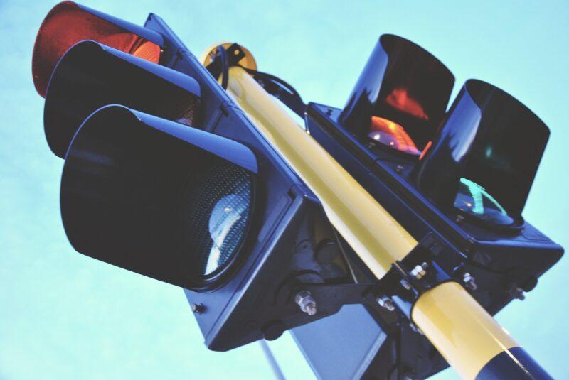 """Zašto semafori menjaju ZELENO u CRVENO za """"sekund""""? Vozači se žale, a stručnjaci daju jasan odgovor"""