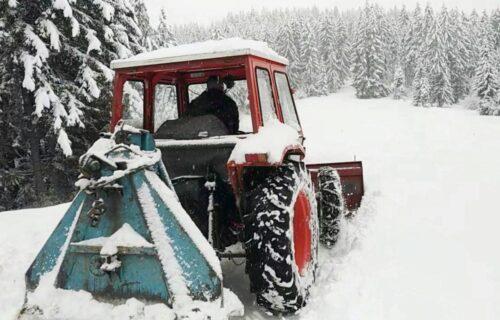 Sneg napravio HAOS u Sjenici: Ljudi samo na KONJIMA mogu do prodavnice, sela odsečena (FOTO)