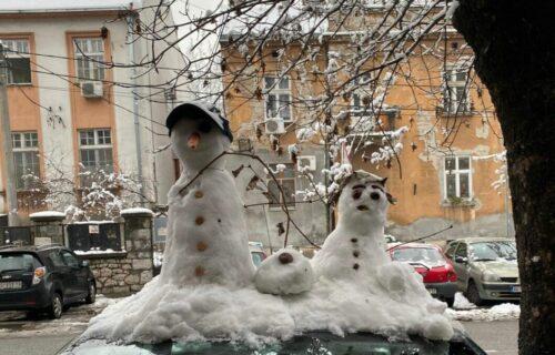 Beograđanin zarađuje novac pomoću snega i društvenih mreža, oduševljeni prolaznici plaćaju duplo (FOTO)