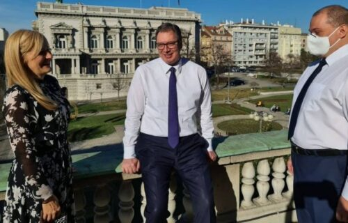 Kratak predah na terasi: Vučić sa saradnicima zadovoljno komentariše odgovornost ljudi u Srbiji! (FOTO)