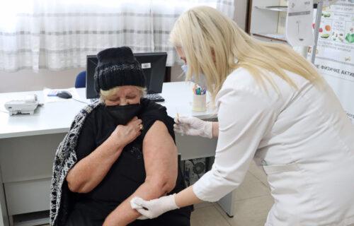 Telefoni kol-centra zvone ceo dan: Volonteri u Beogradu prijavili oko 10.000 penzionera za vakcinaciju