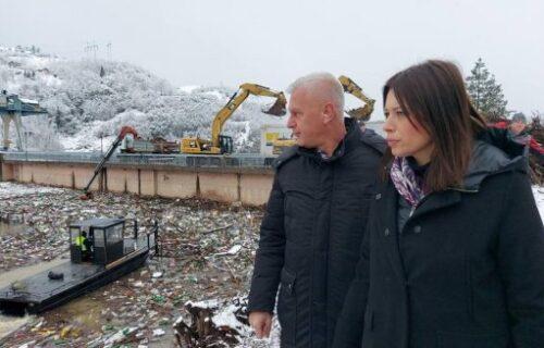 """""""Ovo je veliki posao, zahvalna sam svima"""": Ministarka Vujović obišla radove na čišćenju Potpećkog jezera"""