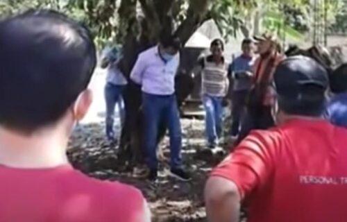 Užas u Meksiku: Besan narod postavio gradonačelnika na STUB SRAMA, vezali ga za drvo! (FOTO+VIDEO)