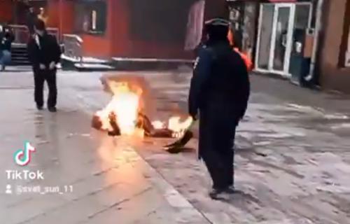 Uznemirujući snimak: Čovek se ZAPALIO u centru Moskve za vreme protesta protiv Putina