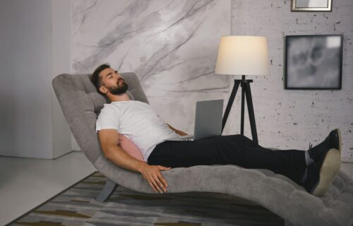 Obratite pažnju i odmah ustanite iz fotelje! 7 znakova da se ne KREĆETE dovoljno