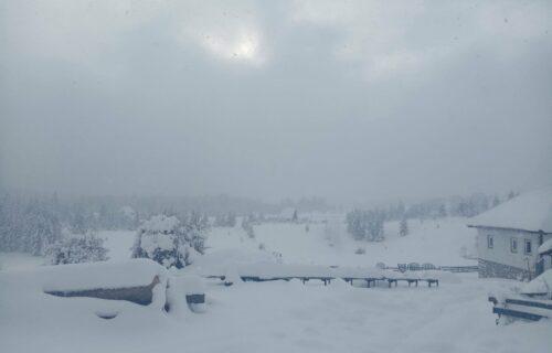 Selo kod Priboja potpuno ZAVEJANO: Meštani strepe od novog snega, nestaje im struje dok čekaju pomoć