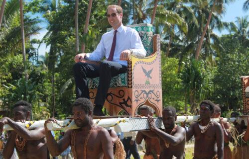 """""""Nosite me, robovi moji"""": Pojavile se SKANDALOZNE fotografije princa, bura u Velikoj Britaniji (FOTO)"""