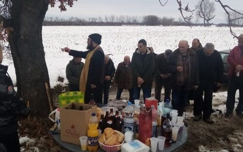 Cela Srbija priča o njegovom ROĐENDANU: Predrag napravio slavlje na NJIVI uz sveštenika (FOTO)
