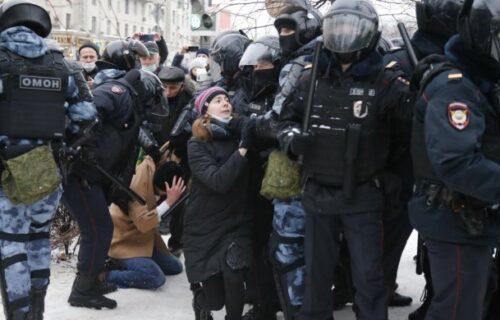 Drama na protestima: U Rusiji puštena iz policije supruga Alekseja Navaljnog