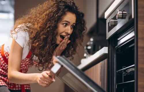 Ubacite sodu bikarbonu i deterdžent u RERNU i ostavite preko noći: Ujutru vas čeka pravi ŠOK! (VIDEO)
