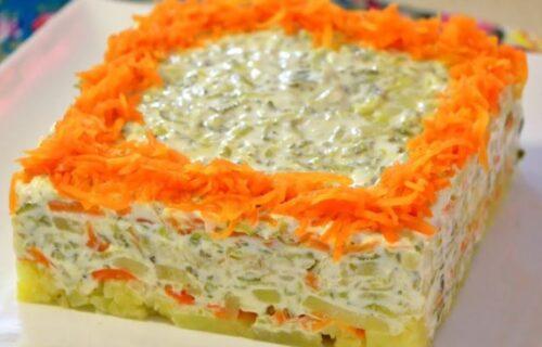 Ne zna se da li je bolji izgled ili ukus: Krompir salata sa krastavcem i šargarepom (RECEPT+VIDEO)