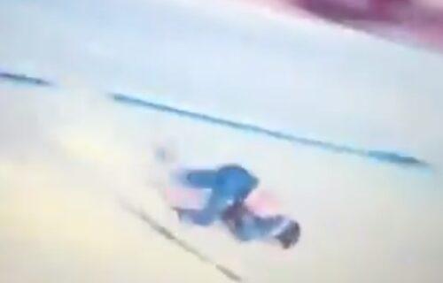 Jeziva nesreća američkog skijaša: Udario glavom o ogradu, pa helikopterom prebačen u bolnicu! (VIDEO)