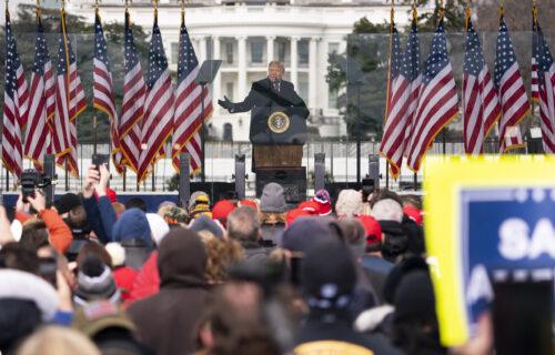 Uhapšen najpoznatiji Trampovac! Predsednik SAD u velikim problemima (VIDEO+FOTO)