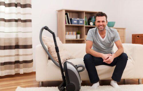 Zamka za MUŽA! Kako da proverite da li je ON zaista očistio i usisao kuću, kao što je obećao (VIDEO)