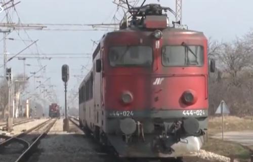 DRAMA na pruzi kod Obrenovca: Voz SMRSKAO kombi, dve osobe povređene