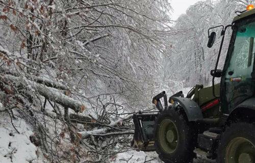 Vojska Srbije priskočila u pomoć građanima: U toku je čišćenje puteva oko Prokuplja