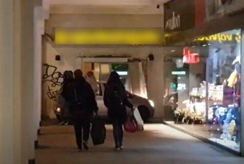 Bizarna nesreća u Zemunu: Automobil izleteo sa kolovoza, pa se ZAKUCAO u bankomat (VIDEO)