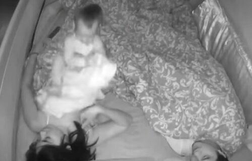 Šta to beše san? Kamera snimila šta beba radi mami tokom čitave noći (VIDEO)
