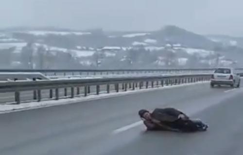 Vozači u šoku: Čovek LEŽI nasred auto-puta Miloš Veliki dok automobili JURE oko njega (VIDEO)