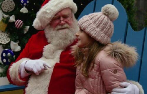 Maskirao se u Deda Mraza da bi PIPAO decu: Devojčica ga otkrila, a onda je OCU pala roletna