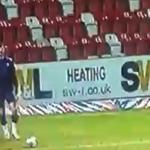 FIFA ili PES? Ne, stvarno se desilo - golman pogodio sa 100 metara (VIDEO)