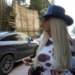 Jelena na snimanje došla kao SEKSI kaubojka: Zbog otvora na haljini virile su GOLE grudi i guza (FOTO)