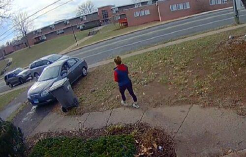 Okliznula se pred autom na KAMEN i nezgodno pala na zemlju: Muž se nasmejao - bolje da nije! (VIDEO)