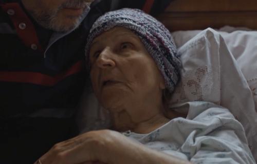 """Koncentriši se, baba"" onlajn: Publika širom sveta će gledati Miru Banjac (VIDEO)"