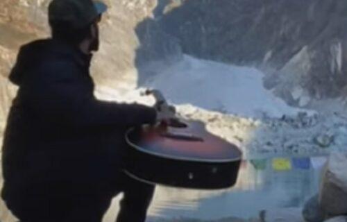 Pronašao idealan krajolik za svirku, ali nije računao da će ka njemu krenuti LAVINA (VIDEO)