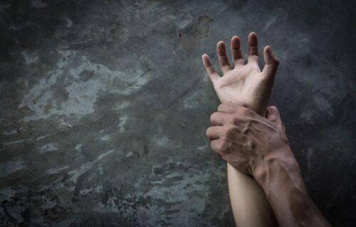 """Šta čeka MAJKU devojčice (12) iz Kladova: Podržala je """"LJUBAV"""" deteta i zidara (23), ali zakon je jasan"""