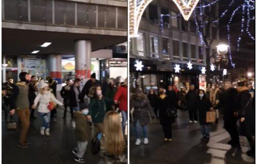 Beograđani ZAIGRALI KOLO u Knez Mihailovoj ulici! Božićna atmosfera preplavila centar prestonice (VIDEO)